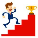 L'uomo d'affari Climbing Stairs To ottiene un Throphy dorato Fotografie Stock