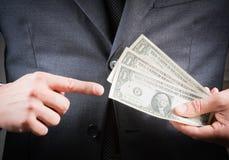 L'uomo d'affari con i dollari in sua mano, concetto per l'affare e guadagna i soldi Immagini Stock Libere da Diritti