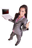L'uomo d'affari con il computer portatile sta mostrando il pollice in su. Immagini Stock Libere da Diritti