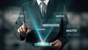 L'uomo d'affari con il concetto di idee sceglie dall'analisi creativa dell'innovazione della ricerca facendo uso della compressa  stock footage