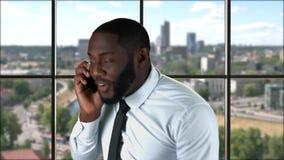 L'uomo d'affari con il telefono alza il pugno stock footage