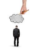L'uomo d'affari con la grande mano piegate della testa la condizione e sopra quella estrae la nuvola, isolata su fondo bianco Fotografia Stock