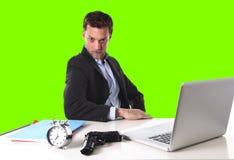 L'uomo d'affari con la pistola e la sveglia nel concetto di termine ha isolato la chiave verde dell'intensità fotografie stock