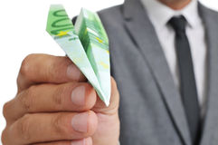 L'uomo d'affari con un aereo di carta ha fatto il ‹del †del ‹del †con un bankno dell'euro 100 Fotografia Stock
