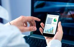 L'uomo d'affari controlla l'analisi finanziaria Immagine Stock
