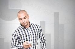 L'uomo d'affari controlla l'analisi finanziaria sullo smartphone Fotografia Stock