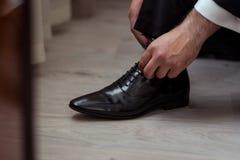 L'uomo d'affari copre le scarpe, Politico, stile del ` s dell'uomo, uomo d'affari Immagine Stock Libera da Diritti