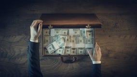 L'uomo d'affari d'annata ricco con i lotti del dollaro imballa Fotografia Stock Libera da Diritti