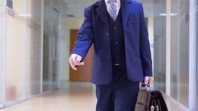 L'uomo d'affari del bambino va gioco di ruolo del corridoio dell'ufficio archivi video