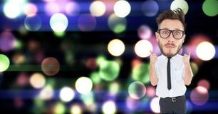 L'uomo d'affari del nerd che mostra i pollici aumenta il gesto sopra bokeh Immagini Stock Libere da Diritti