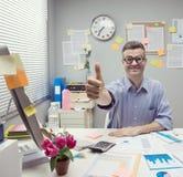 L'uomo d'affari del nerd sfoglia su Fotografia Stock