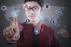 L'uomo d'affari del primo piano clicca sopra la rete sociale Fotografia Stock Libera da Diritti