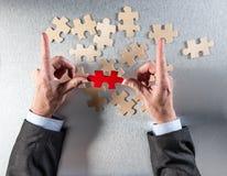L'uomo d'affari dell'inquadratura passa il selezionamento di quello dispari per collegare altri Immagini Stock