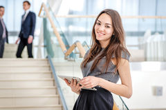 L'uomo d'affari della donna sta sulle scale che esaminano la macchina fotografica Sia Fotografia Stock