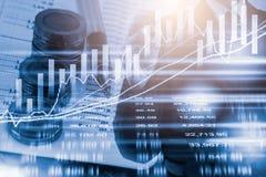L'uomo d'affari della doppia esposizione ed il mercato azionario o i forex rappresentano graficamente il vestito immagini stock libere da diritti