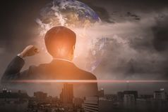 L'uomo d'affari della doppia esposizione, sta su, solleva la vostra mano, città e mondo del paesaggio del fondo, la visione di co fotografia stock libera da diritti