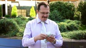 L'uomo d'affari di medio evo conta l'euro video d archivio