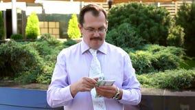 L'uomo d'affari di medio evo conta l'euro archivi video