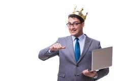 L'uomo d'affari di re che giudica un computer portatile isolato su fondo bianco Immagine Stock