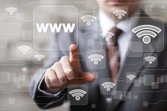 L'uomo d'affari di Wifi della rete sociale preme l'icona di WWW del bottone di web Fotografia Stock Libera da Diritti