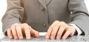 L'uomo d'affari, digitante sul suo computer portatile Immagini Stock