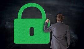 L'uomo d'affari dipinge la U-serratura verde sul concetto della lavagna immagine stock