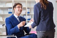L'uomo d'affari disabile che ha discussione con il collega femminile Immagine Stock