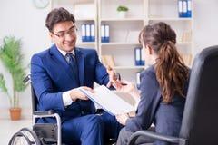L'uomo d'affari disabile che ha discussione con il collega femminile Immagine Stock Libera da Diritti
