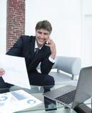 L'uomo d'affari discute le domande finanziarie con un partner Fotografia Stock