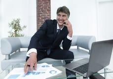 L'uomo d'affari discute le domande finanziarie con un partner Fotografia Stock Libera da Diritti