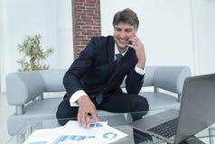 L'uomo d'affari discute le domande finanziarie con un partner Immagini Stock Libere da Diritti