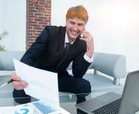 L'uomo d'affari discute le domande finanziarie con un partner Immagine Stock