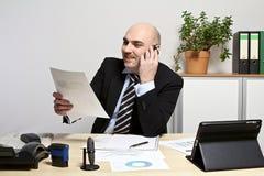 L'uomo d'affari discute sullo sviluppo di vendite del telefono cellulare Fotografia Stock