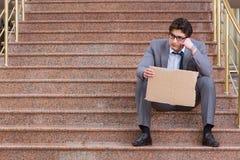 L'uomo d'affari disperato che elemosina sulla via Fotografia Stock Libera da Diritti
