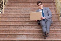L'uomo d'affari disperato che elemosina sulla via Fotografia Stock