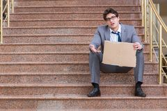 L'uomo d'affari disperato che elemosina sulla via Fotografie Stock