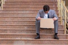 L'uomo d'affari disperato che elemosina sulla via Fotografie Stock Libere da Diritti