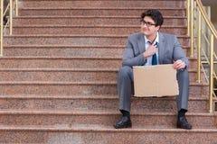 L'uomo d'affari disperato che elemosina sulla via Immagine Stock