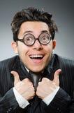 L'uomo d'affari divertente del nerd in studio scuro immagini stock libere da diritti