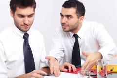 L'uomo d'affari due discute su alcuni documenti Immagine Stock Libera da Diritti