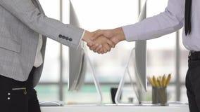 L'uomo d'affari e la donna di affari stringono le mani archivi video