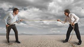 L'uomo d'affari e tira la corda Fotografia Stock Libera da Diritti