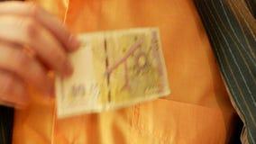 L'uomo d'affari elimina il lev bulgaro dalla sua tasca stock footage