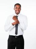 L'uomo d'affari etnico corregge un collegamento di polsino Fotografie Stock Libere da Diritti