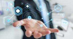 L'uomo d'affari facendo uso degli schermi digitali con i dati 3D degli ologrammi rende Immagine Stock