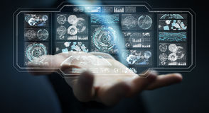 L'uomo d'affari facendo uso degli schermi digitali con i dati 3D degli ologrammi rende Fotografia Stock Libera da Diritti