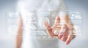 L'uomo d'affari facendo uso degli schermi digitali con i dati 3D degli ologrammi rende Fotografia Stock