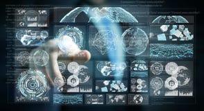 L'uomo d'affari facendo uso degli schermi digitali con i dati 3D degli ologrammi rende Immagini Stock