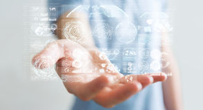 L'uomo d'affari facendo uso degli schermi digitali con i dati 3D degli ologrammi rende Fotografie Stock Libere da Diritti