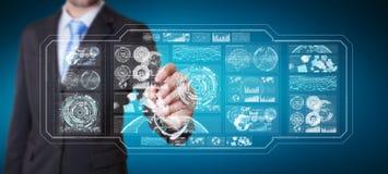L'uomo d'affari facendo uso degli schermi digitali con i dati 3D degli ologrammi rende Immagini Stock Libere da Diritti